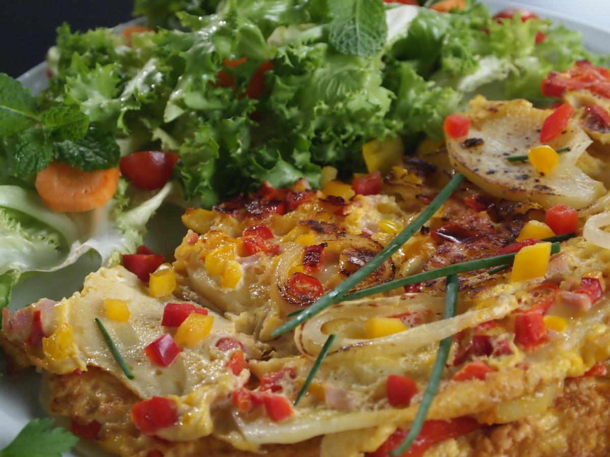 Omlet z ziemniakami, papryką i chilli